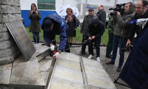 На ярославском заводе вскрыли 50-летнюю «капсулу времени» «Капсула времени», которая была заложена 50 лет назад, а если точнее 25 октября 1968 года, молодежью и комсомольцами ярославского завода