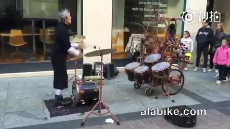 Барабанщик жонглер виртуоз
