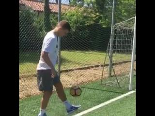Кокорин чеканит мяч прооперированной ногой