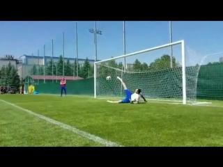 Артём Дзюба на тренировке показал Акинфееву, как отбивать мяч ногой