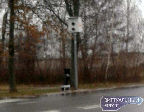 В Бресте под стационарной камерой установили ещё и мобильную