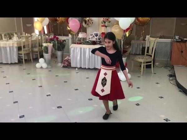 Волгоградский танцевальный ансамбль Адана с танцем Голубка исполняет воспитанница ансамбля Диана