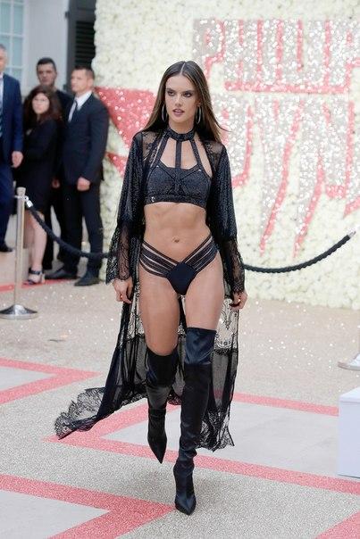 «Что с ее фигурой»: Амбросио раскритиковали в Сети после выхода в нижнем белье на модном показе