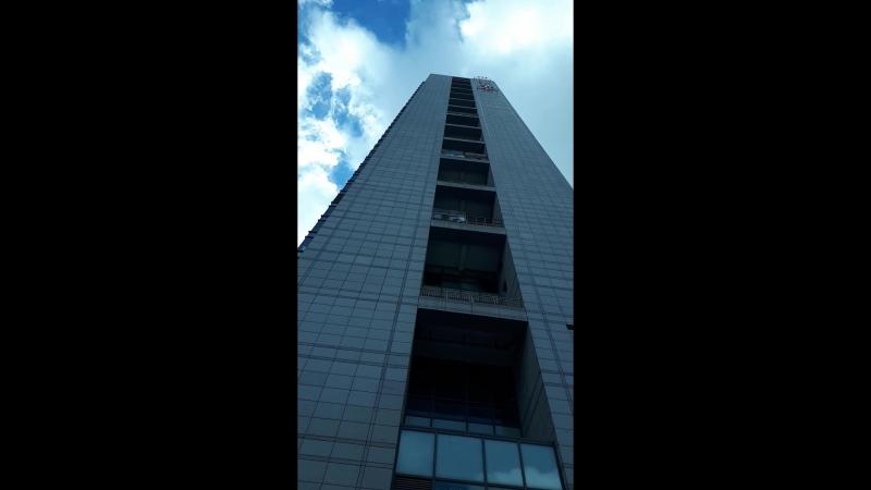 облака летят так быстро что здание шатается
