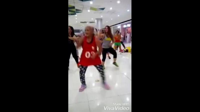 Некоторые и в 30 лет почти танцуют как будто штырь проглотили😁🤣А бабуля молоток