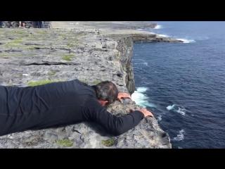 Дочь засняла, как отец борется со страхом высоты