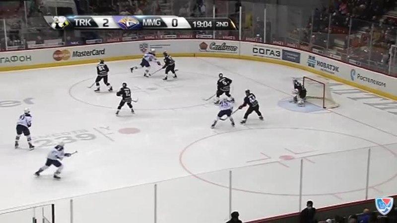 Моменты из матчей КХЛ сезона 14/15 • Опасный момент. Осала Оскар (Металлург Мг) менял направление шайбы на пятаке 29.01