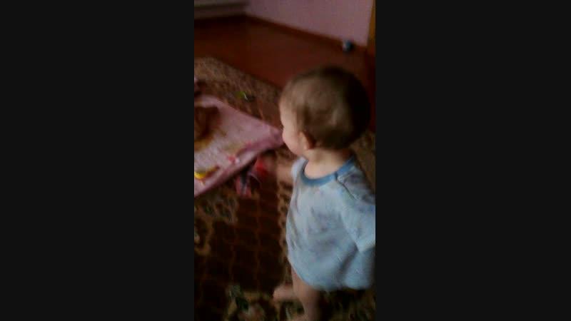 Артёмка ходит ему 9 месяцев