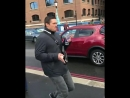Летящей походкой на позитиве Александр Усик гуляет по Лондону.