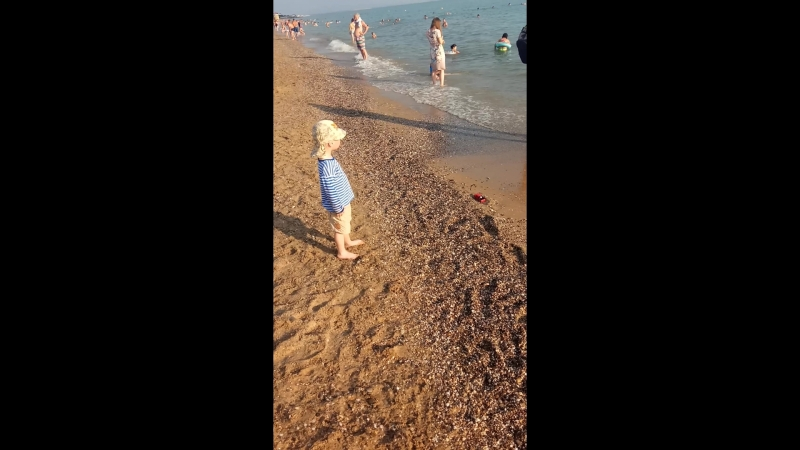 В первый день отдыха Сашенька на пляже