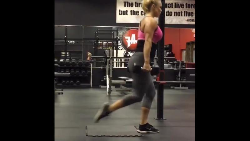 Тренировка на попу и ножки с гантелями.