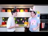 два мальчика-зайчика спорят у кого больше