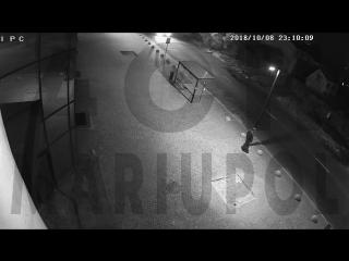 Вандал разбивает стекло остановок в Мариуполе