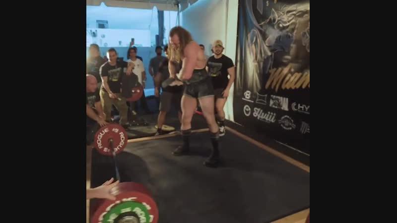 Шалун Джуджи выступает - тяга 302,5 кг (666 фунтов).