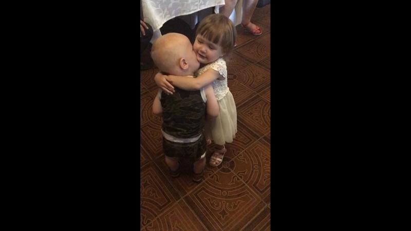 Малыши целуются
