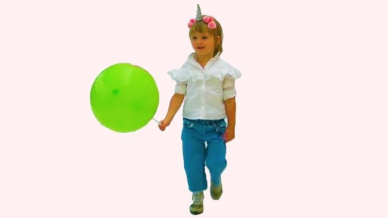 Катя в развлекательном центре. Новое видео для детей. Кейт катается на автомобилях. Fun playground