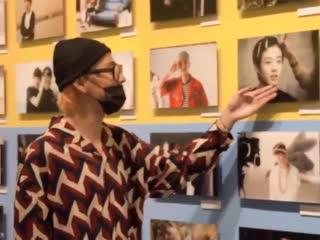 BANGTAN BOMBТэхён фотографируется с фото маленького Чонгука(BTS EXHIBITION '24/7=Serendipity')