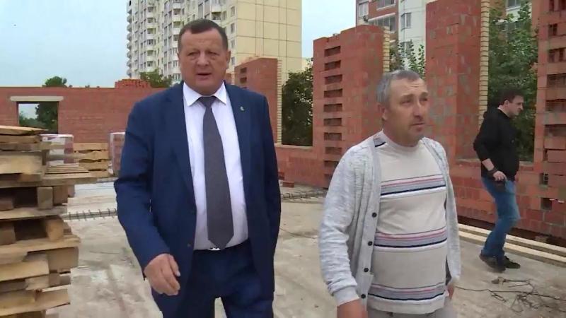 Более 90 рабочих трудятся на стройплощадке школы в микрорайоне Солнечный