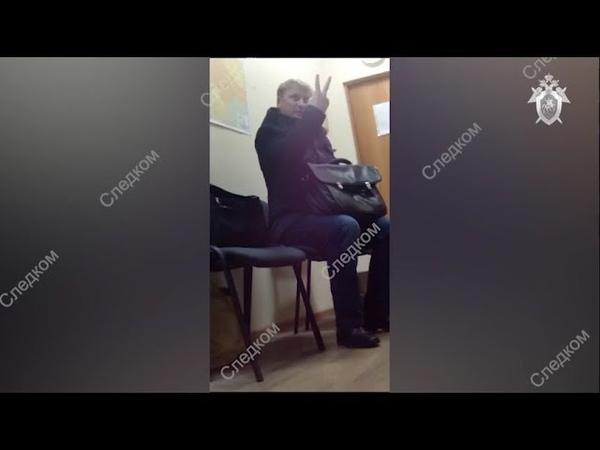Таможенник на пальцах размер взятки уточнял. Real video » Freewka.com - Смотреть онлайн в хорощем качестве
