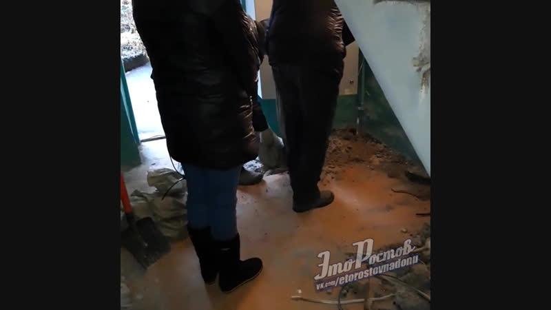 Ремот по-ростовским. Заделали монтажной пеной и засыпали мусором каннализационную трубу - 12.12.18 - Это Ростов-на-Дону!
