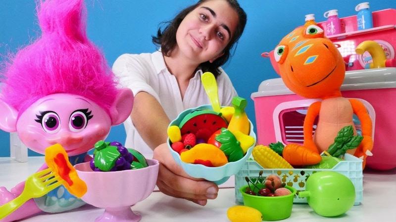 Çizgi film oyuncakları. Troll Poppy meyve salatası yapıyor