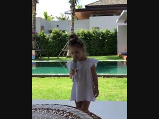 «В лесу родилась ёлочка, в лесу она росла…», - трогательно поет в микрофон маленькая Арианна, дочь популярной комедийной актрисы