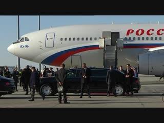 Президент россии владимир путин прибыл в белград и прокатил президента сербии александра вучича на своем лимузине aurus.