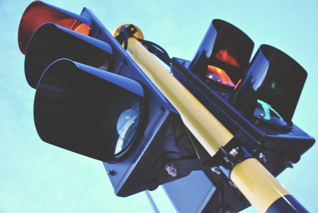 Коммунальщики устранили короткое замыкание в светофоре на проспекте Мира