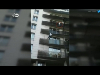 Wie Spiderman_ Migrant rettet Kind_ DW _ 28.05.2018