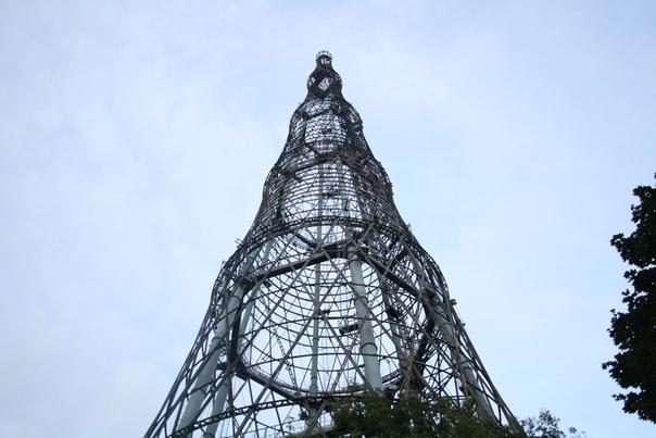 При возведении башни этих столбов не было.