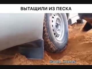 Без лебёдки вытянули авто из песка