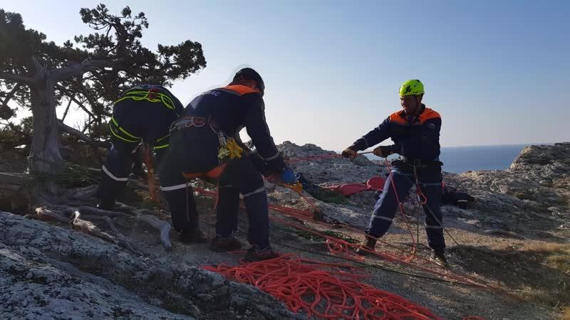 Специалисты Судакского АСО КРЫМ СПАС провели учебные ПСР по эвакуации пострадавшего из расщелины