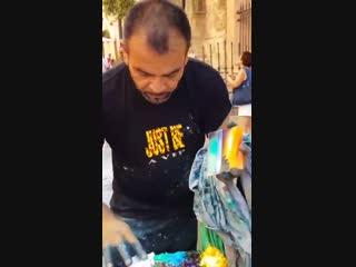 Уличный художник рисует пальцами