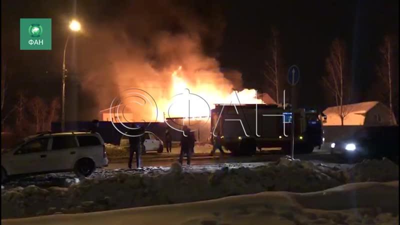 Огонь уничтожил автомастерскую в Усть-Ижоре, ФАН публикует видео с места ЧП