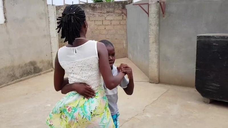 Мальчик классно танцует сембу!