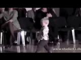 2 годовалый малыш танцует Джайв для публики