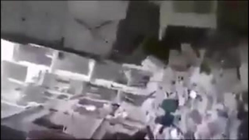Боец Шабиха лутает дом бойца Аль-Кудс прямо у того на глазах.