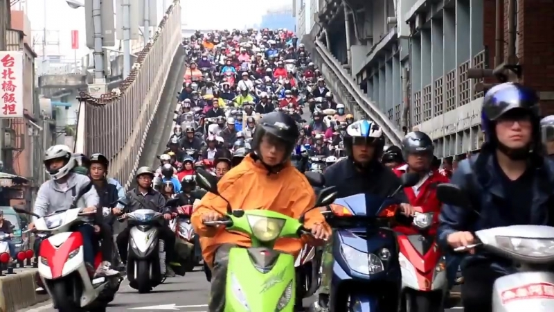 Motorcycles waterfall. Taipeis rush hour traffic. Водопад мотоциклов. В тайбэй час пик. Филиппины