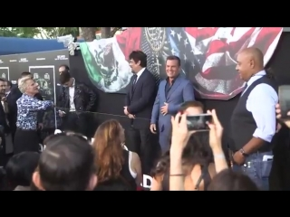 Josh Brolin, Benicio del Toro and Isabella Moner take photos on carpet