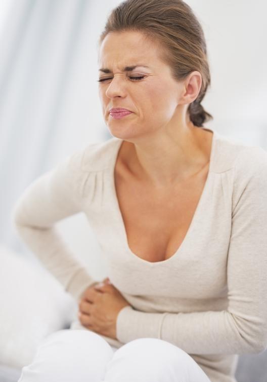 Боль в верхней части живота может быть вызвана желчными камнями, что может привести к спайкам желчного пузыря, но спайки обычно не болеют.