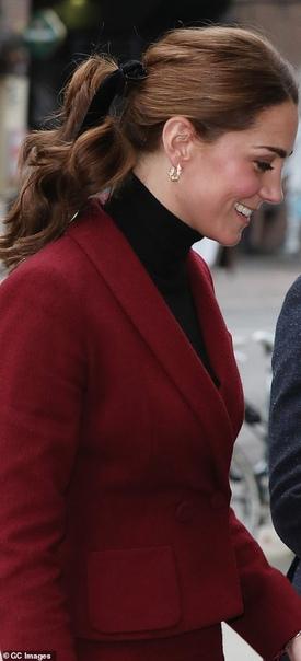 Кейт Миддлтон в элегантном костюме посетила лабораторию нейронауки в Лондоне Пока 37-летняя Меган Маркл сегодня днем готовила обед для престарелых и бездомных на общей кухне сообщества Hubb