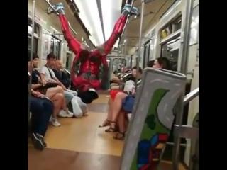 Человек-паук в петербургском метро