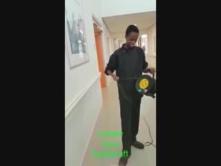 Migrant bei der arbeit, - der elektriker