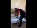 Папа, мои глаза. Я не вижу! Отец утешает своего сына, когда он впервые просыпается после взрыва бомбы брошенный с самолета ВКС Р
