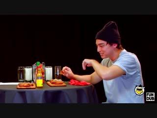 Joji пробует острые соусы и отвечает на вопросы Русская озвучка