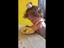 А теперь наша доченька вот как шустро справляется с яблоком
