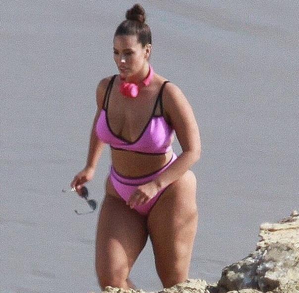 Эшли Грэм приняла участие в пляжной фотосессии в Лос-Анджелесе 31-летняя Эшли Грэм на днях была замечена во время фотосессии в бикини на пляже. На снимках папарацци plus-size-модель позирует в