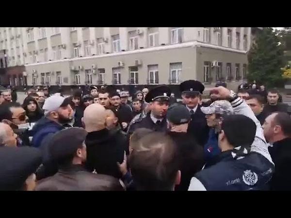 Полиция пытается разогнать митинг во Владикавказе, где сотни людей собрались у Дома правительства и