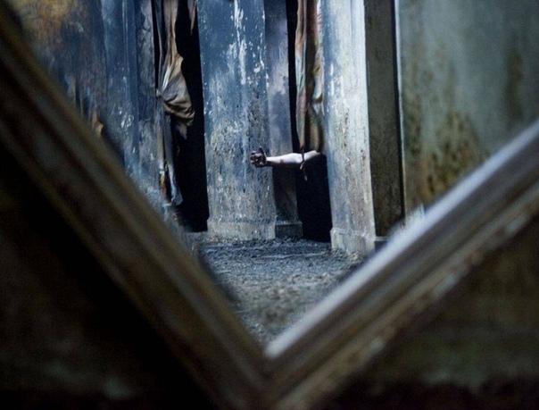 Здесь всё по-настоящему - ужасы про этот дом начали ходить еще задолго до вашего рождения. монотонно бубнил администратор и для пущего эффекта, приглушил свет до полумрака. - Злая ведьма,