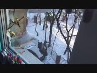 Коммунальщики из Курска взяли пример с петербургских, вооружились утюгом, чтобы сбивать сосули